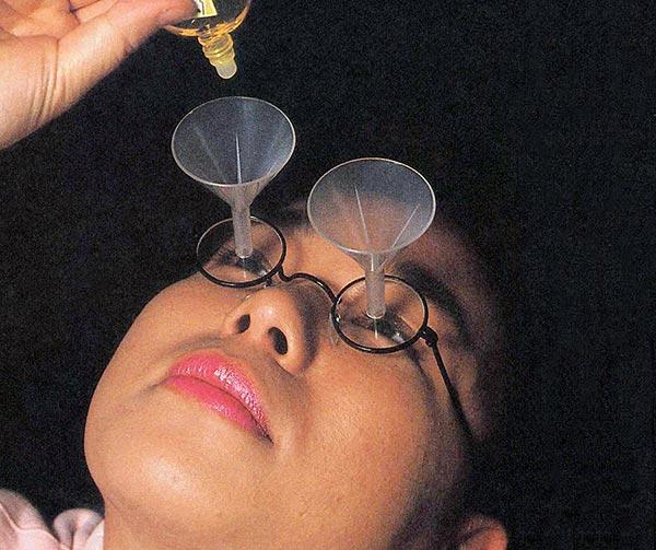 occhiali-con-imbuti-per-collirio-incorporato-chindogu-invenzioni-giapponesi