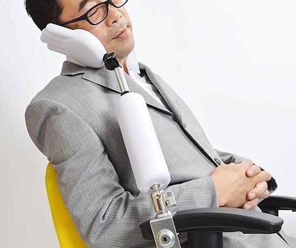 poggiatesta-a-braccio-chindogu-invenzioni-giapponesi