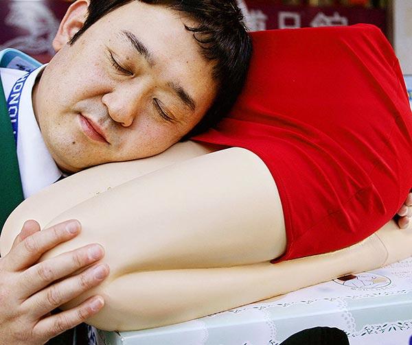 poggiatesta-grembo-uomini-single-usanze-giapponesi