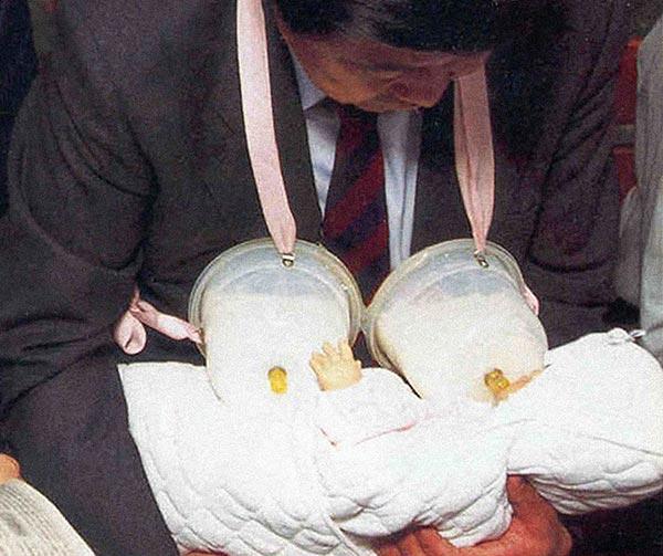 poppatoia-portatile-per-papà-badante-chindogu-invenzioni-giapponesi