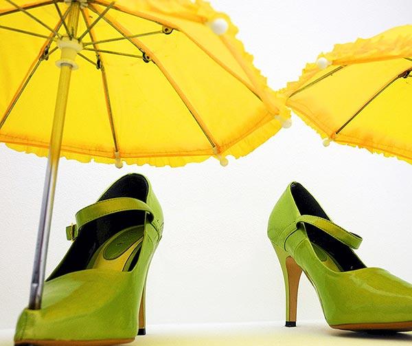 scarpe-ombrello-incorporato-chindogu-invenzioni-giapponesi