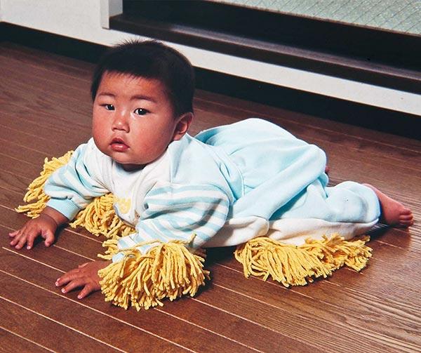 tutina-bimbo-per-pulizia-pavimenti-chindogu-invenzioni-giapponesi